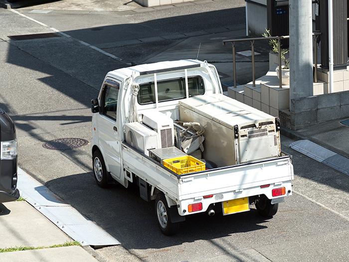 荷物を運搬するトラック