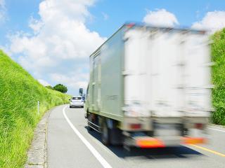 道路を走る大型トラック
