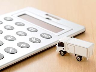 電卓とおもちゃのトラック
